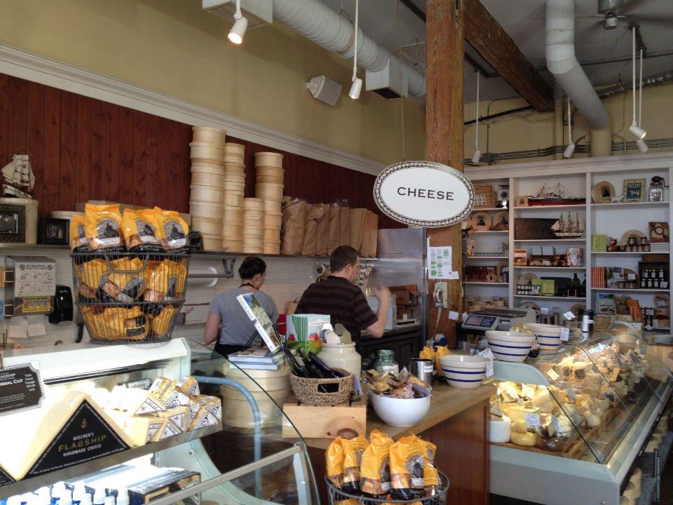 fromagerie vue du comptoir de fromage avec employés beechers handmade cheese seatle washington états unis ulocal produits locaux achat local produits du terroir locavore touriste