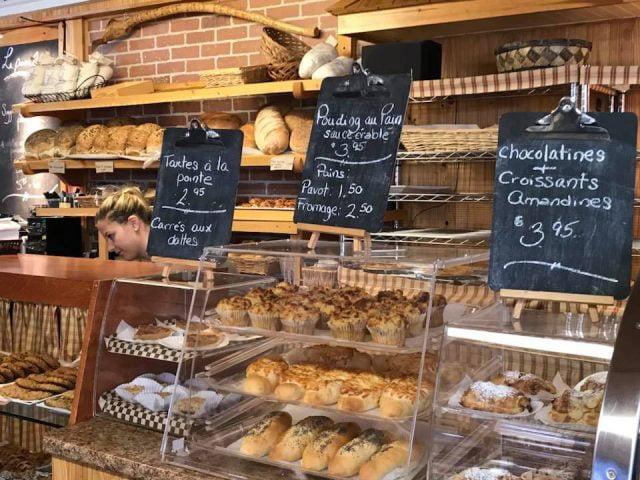 boulangerie artisanale présentoir au comptoir de service de la boulangerie muffins croissant chocolatine pains boulangerie bouchard isle-aux-coudres quebec canada ulocal produits locaux achat local produits du terroir locavore touriste