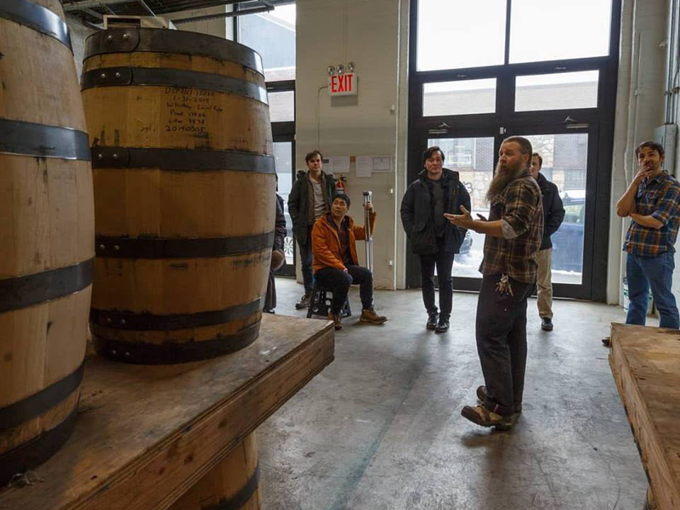 alcool gens qui ont un tour guidé de la distillerie avec homme qui donne des explications breuckelen distilling brooklyn new york new york états unis ulocal produits locaux achat local produits du terroir locavore touriste