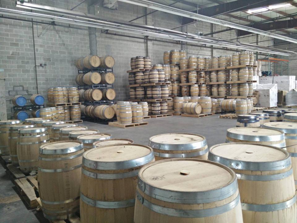 alcool entrepôt de tonneaux pour la fermentation d'alcool breuckelen distilling brooklyn new york new york états unis ulocal produits locaux achat local produits du terroir locavore touriste