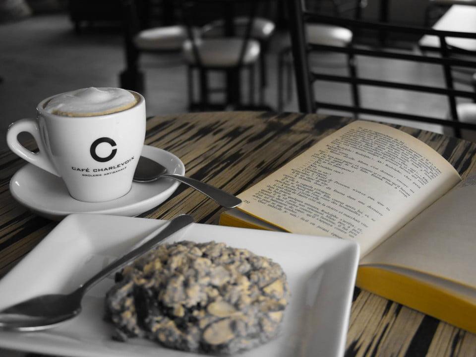 café café au lait avec un bonne galette santé et un livre café charlevoix brûlerie baie-saint-paul quebec canada ulocal produits locaux achat local produits du terroir locavore touriste