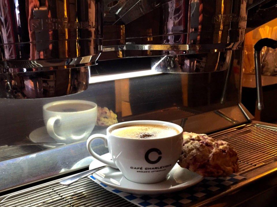 café délicieux chocolat chaud avec une touche de cardamome et un biscuit café charlevoix brûlerie baie-saint-paul quebec canada ulocal produits locaux achat local produits du terroir locavore touriste