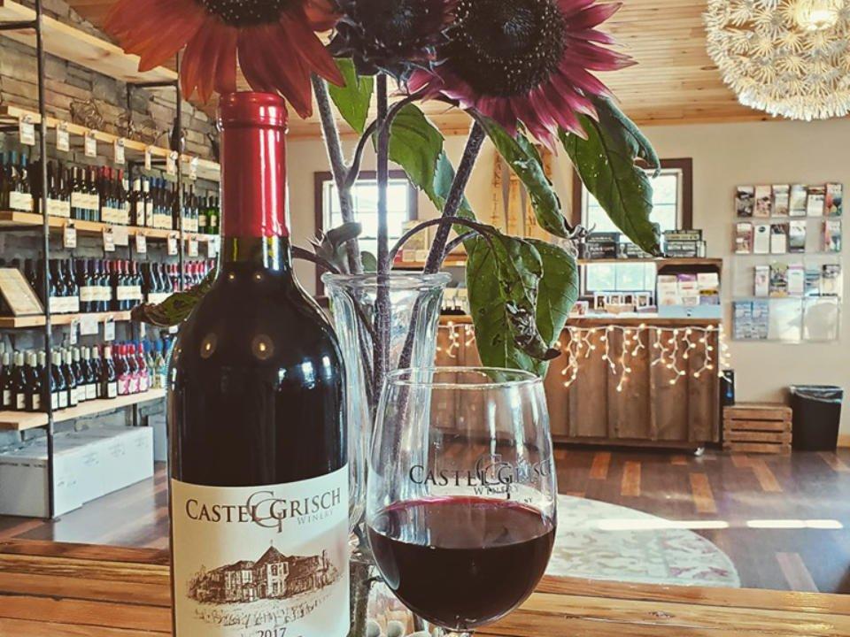 vignoble bouteille et verre de vin rouge avec la boutique du vignoble en arrière plan castle grisch winery watkins glen new york états unis ulocal produits locaux achat local produits du terroir locavore touriste