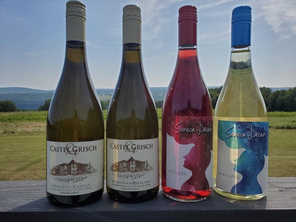vignoble 4 bouteilles de vin diversifiées sur la terrasse avec vue du vignoble et du lac seneca castle grisch winery watkins glen new york états unis ulocal produits locaux achat local produits du terroir locavore touriste
