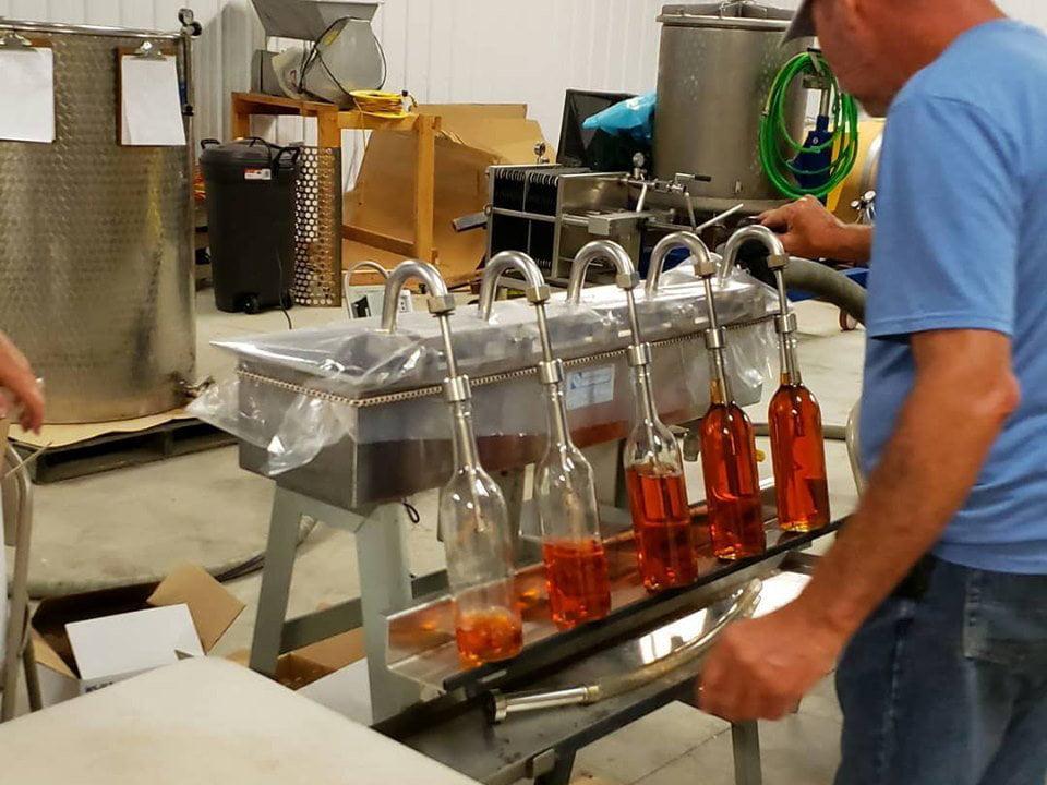 vignoble embouteillage d'un vin de table au fraises cedarvale winery swedesboro new jersey united states ulocal produits locaux achat local produits du terroir locavore touriste