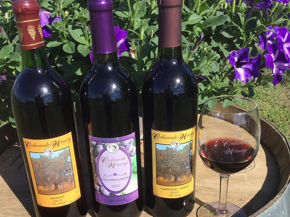 vignoble 3 bouteilles de vin rouge et 1 verre sur un plateau cedarvale winery swedesboro new jersey united states ulocal produits locaux achat local produits du terroir locavore touriste