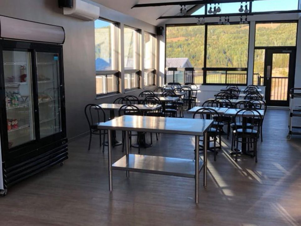 boutique terrasse intérieure vitrée avec aire de dégustation et restaurant centre de l'émeu de charlevoix saint-urbain quebec canada ulocal produits locaux achat local produits du terroir locavore touriste