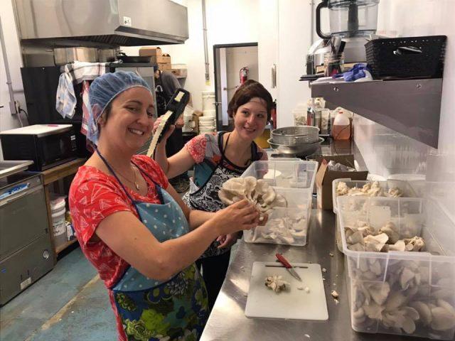 boutique aliments la propriétaire et sa fille dans la cuisine de transformation des pleurotes champignons charlevoix la malbaie quebec canada ulocal produits locaux achat local produits du terroir locavore touriste