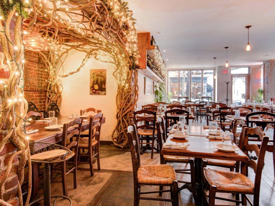 restaurant intérieur du restaurant lumineux avec tables en bois et décor chaleureux cheeseboat brooklyn new york états unis ulocal produits locaux achat local produits du terroir locavore touriste