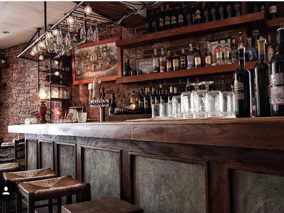 restaurant coin bar du restaurant avec beaucoup de boiseries cheeseboat brooklyn new york états unis ulocal produits locaux achat local produits du terroir locavore touriste