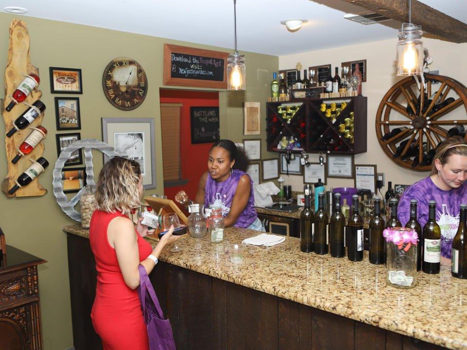 vignoble salle de dégustation avec une cliente et les employées au bar cream ridge winery cream ridge new jersey united states ulocal produits locaux achat local produits du terroir locavore touriste