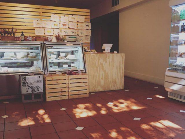 boucherie intérieur de la boucherie avec des comptoirs réfrigérés darke pines jersey city new jersey états unis ulocal produits locaux achat local produits du terroir locavore touriste
