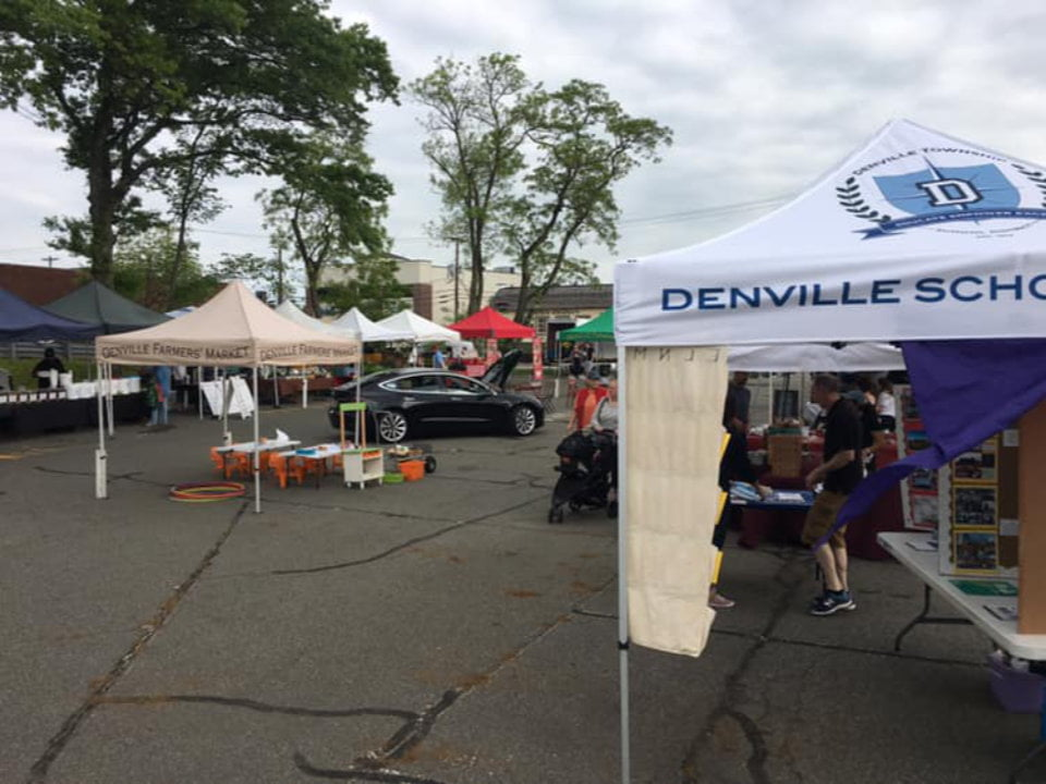 public markets marché en action avec clients sur le site journée nuageuse denville farmers market denville new jersey united states ulocal local products local purchase local produce locavore tourist