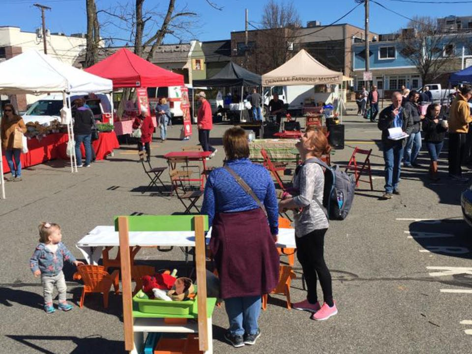 public markets marché en action avec clients sur le site journée ensoleillée denville farmers market denville new jersey united states ulocal local products local purchase local produce locavore tourist