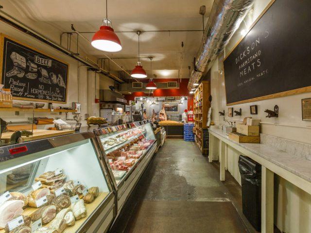 boucherie intérieur de la boucherie avec de grands comptoirs réfrigérés dicksons farmstand meats new york new york états unis ulocal produits locaux achat local produits du terroir locavore touriste