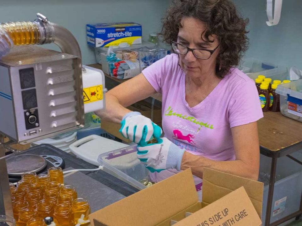 apiculteur remplissage des pots de miel dans l'atelier e and m gold beekeepers tinton falls new jersey united states ulocal produits locaux achat local produits du terroir locavore touriste