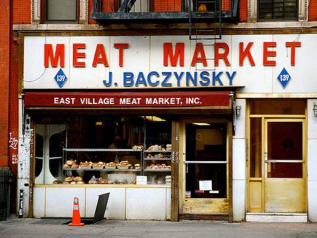 boucherie façade extérieure avec enseigne de la boucherie east village meat market j baczynsky new york new york états unis ulocal produits locaux achat local produits du terroir locavore touriste