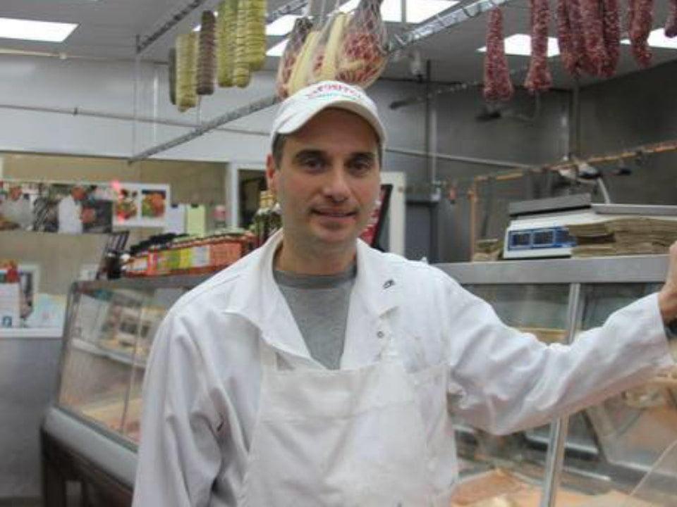 boucherie le boucher avec le comptoir de viandes en arrière plan esposito meat market new york new york états unis ulocal produits locaux achat local produits du terroir locavore touriste