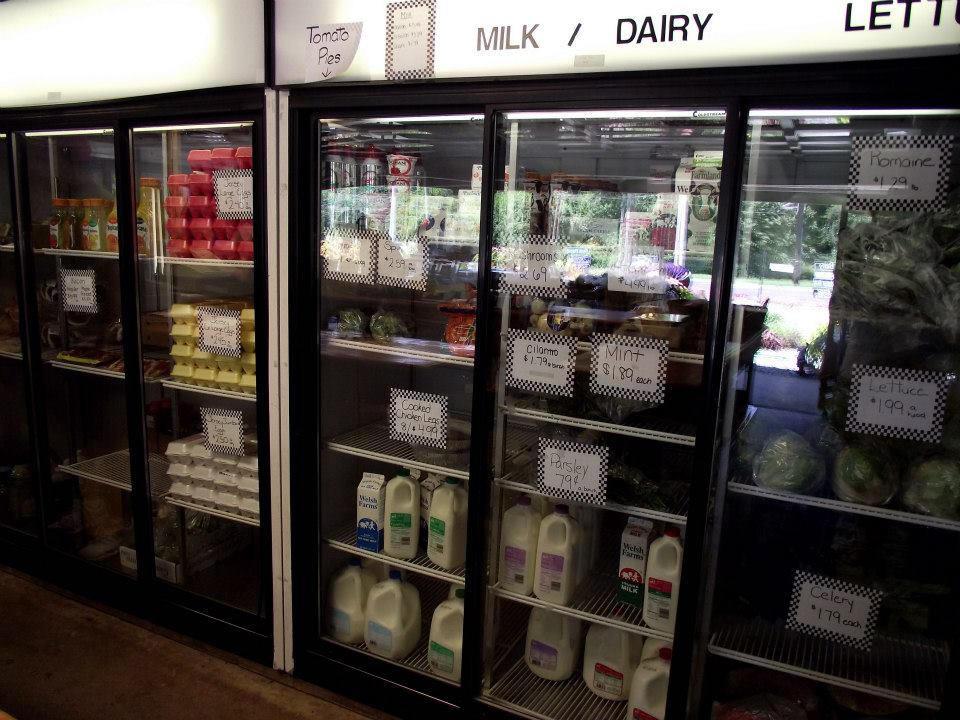 marché de fruits et/ou légumes boutique de la ferme avec oeufs fromages viandes dans les réfrigérateurs flying feather farm moorestown jersey états unis ulocal produits locaux achat local produits du terroir locavore touriste