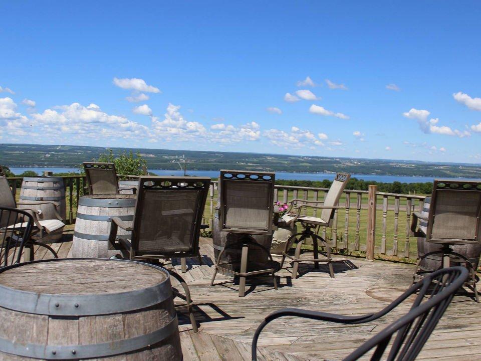 vignoble grande terrasse en bois avec vue du domaine et du lac fossenvue winery lodi new york états unis ulocal produits locaux achat local produits du terroir locavore touriste
