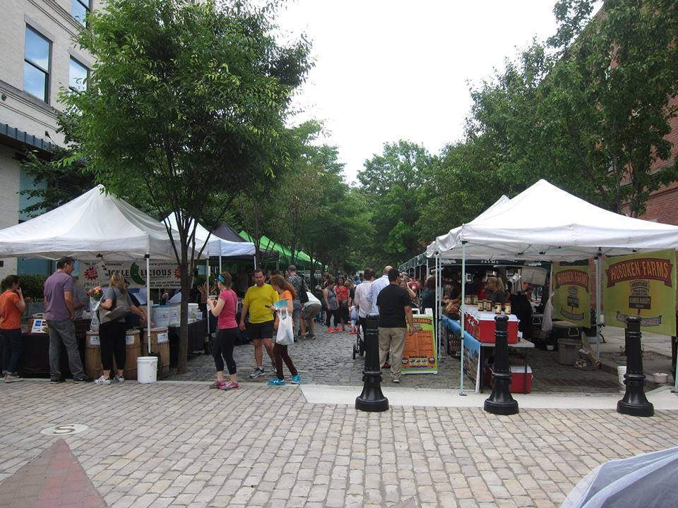marché public marché extérieur de producteurs locaux avec clients garden street farmers market hoboken new jersey états unis ulocal produits locaux achat local produits du terroir locavore touriste