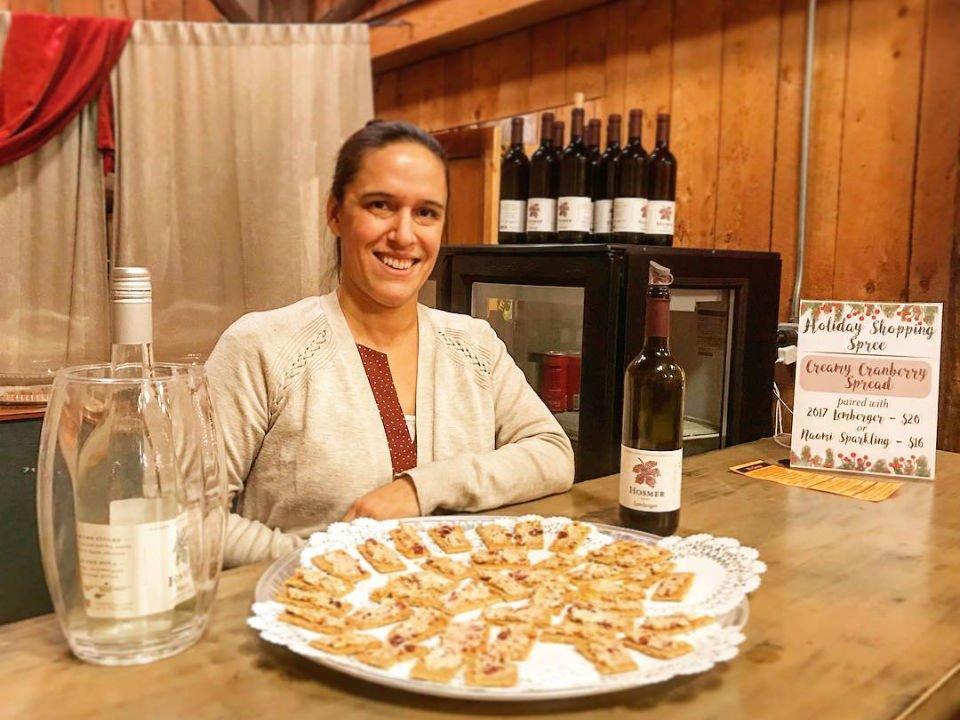 vignoble nouvelle représentante prête pour les dégustations au bar avec de petites bouchées hosmer winery ovid new york états unis ulocal produits locaux achat local produits du terroir locavore touriste
