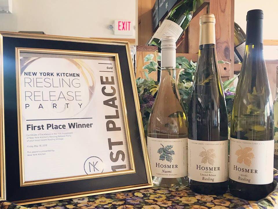 vignoble certificat encadré mentionnant 1er prix riesling avec 3 bouteilles de vin hosmer winery ovid new york états unis ulocal produits locaux achat local produits du terroir locavore touriste