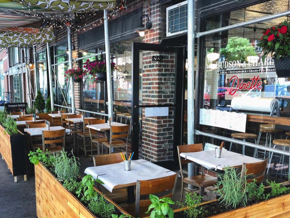 restaurant façade du restaurant belle terrasse avec petites tables dinette hudson and charles new york new york états unis ulocal produits locaux achat local produits du terroir locavore touriste