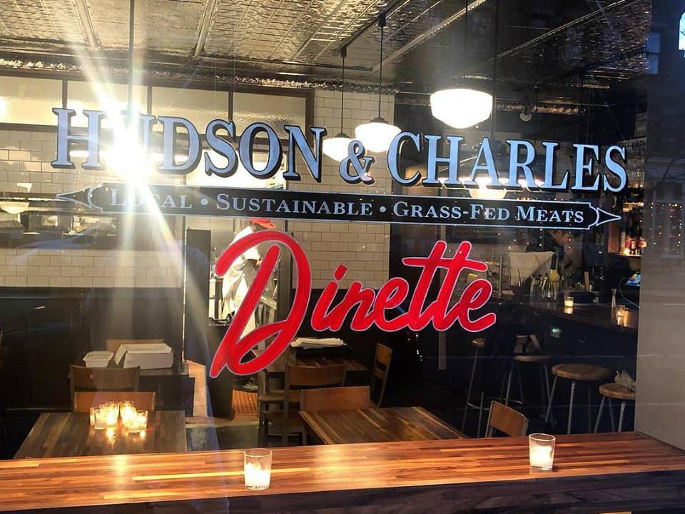 restaurant fenêtre du restaurant devant avec enseigne dinette hudson and charles new york new york états unis ulocal produits locaux achat local produits du terroir locavore touriste