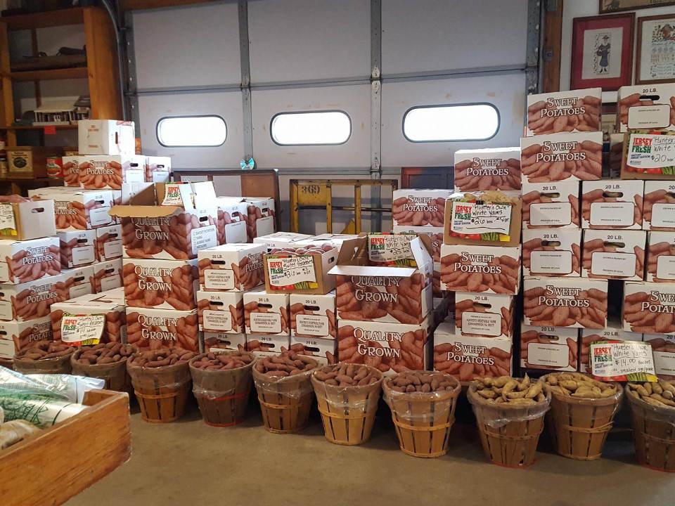 marché de fruits et/ou légumes intérieur de la boutique avec plusieurs produits du terroir et caisses de patates hunters farm market cinnaminson new jersey united states ulocal produits locaux achat local produits du terroir locavore touriste
