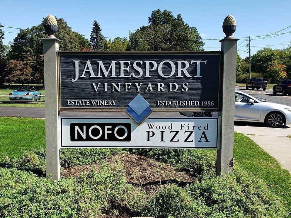 vignoble enseigne du vignoble et du restaurant jamesport vineyards novo pizza co jamesport new york états unis ulocal produits locaux achat local produits du terroir locavore touriste