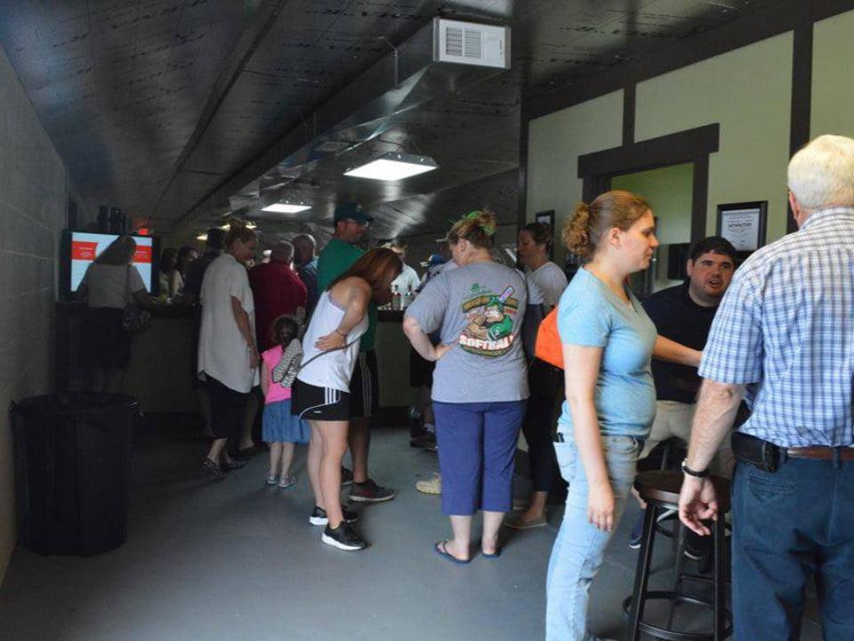 alcool salle de dégustation des boissons avec plusieurs visiteurs jersey shine spirits millville new jersey united states ulocal produits locaux achat local produits du terroir locavore touriste