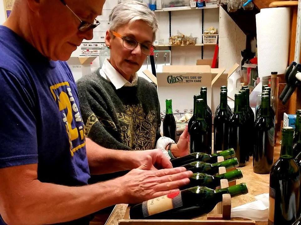 vignoble embouteillant leur vin avec des étiquettes personnalisées lakeland winery syracuse new york états unis ulocal produits locaux achat local produits du terroir locavore touriste