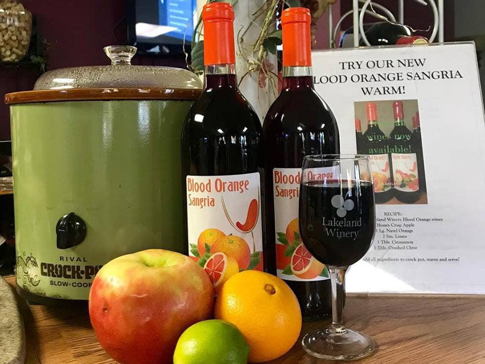 vignoble pomme orange lime mijoteuse bouteille et verre de vin rouge lakeland winery syracuse new york états unis ulocal produits locaux achat local produits du terroir locavore touriste
