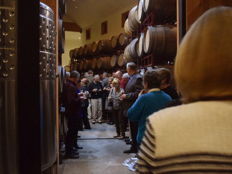 vignoble visite de clients et tour guidé avec dégustation dans la cave a vin entourée de tonneaux de cèdre lamoreaux landing wine cellars lodi new york états unis ulocal produits locaux achat local produits du terroir locavore touriste