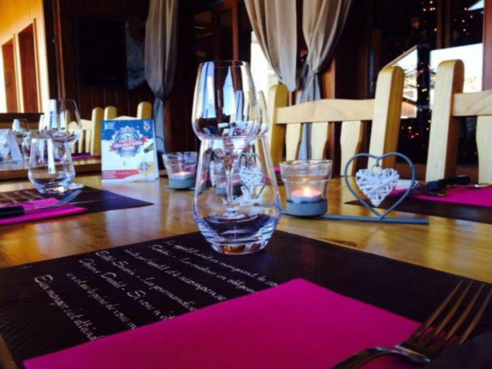restaurant table well mounted and decorated with wine glasses and pink napkins le perché gourmand la malbaie quebec canada ulocal local products local purchase local produce locavore tourist