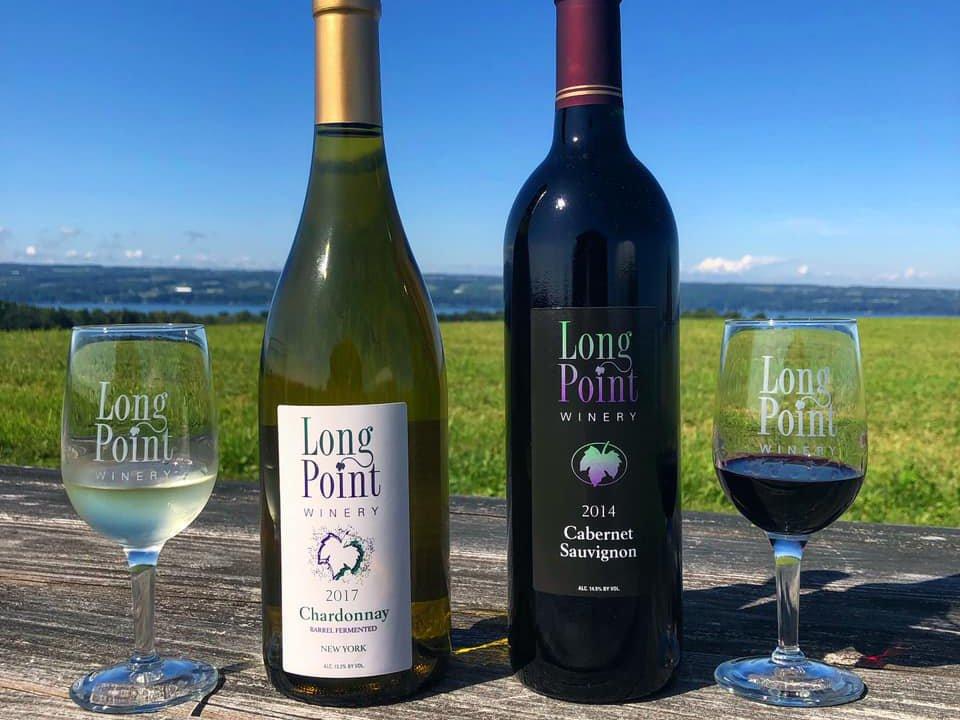 vignoble 2 bouteilles et 2 verres de vin rouge et blanc sur une table de pique-nique avec vue sur le domaine et le lac long point winery aurora new york états unis ulocal produits locaux achat local produits du terroir locavore touriste
