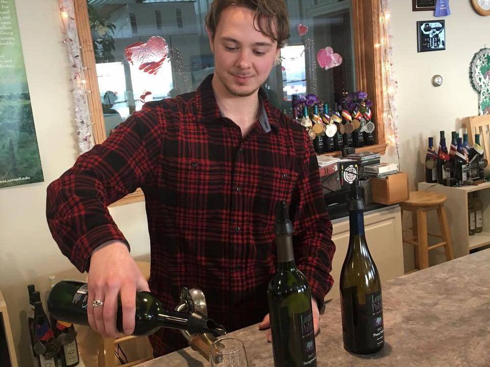 vignoble employé souriant qui verse un verre de vin pour une dégustation au bar long point winery aurora new york états unis ulocal produits locaux achat local produits du terroir locavore touriste