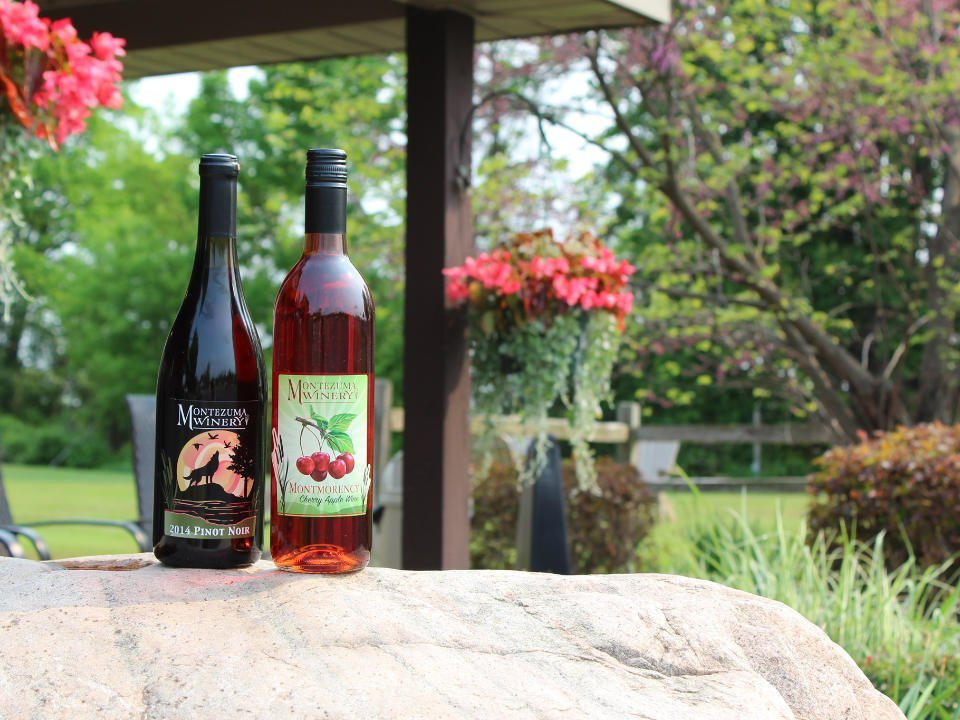 vignoble 2 bouteilles de vin sur une pierre avec la terrasse en arrière plan dans un decor naturel montezuma winery and hidden marsh distillery seneca falls new york états unis ulocal produits locaux achat local produits du terroir locavore touriste