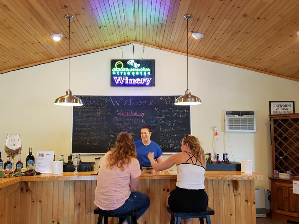 vignoble salle de dégustation avec 2 clientes et l'employé au bar otter creek winery philadelphia new york états unis ulocal produits locaux achat local produits du terroir locavore touriste