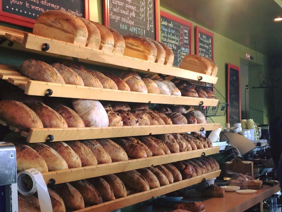 boulangerie artisanale présentoir de pains sur le mur de la boulangerie pains d'exclamation la malbaie quebec canada ulocal produits locaux achat local produits du terroir locavore touriste