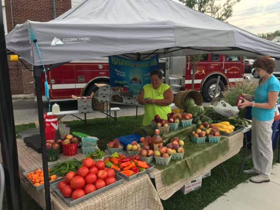 marché public kiosques de fruits et légumes avec clients palmyra farmers market palmyra jersey états unis ulocal produits locaux achat local produits du terroir locavore touriste