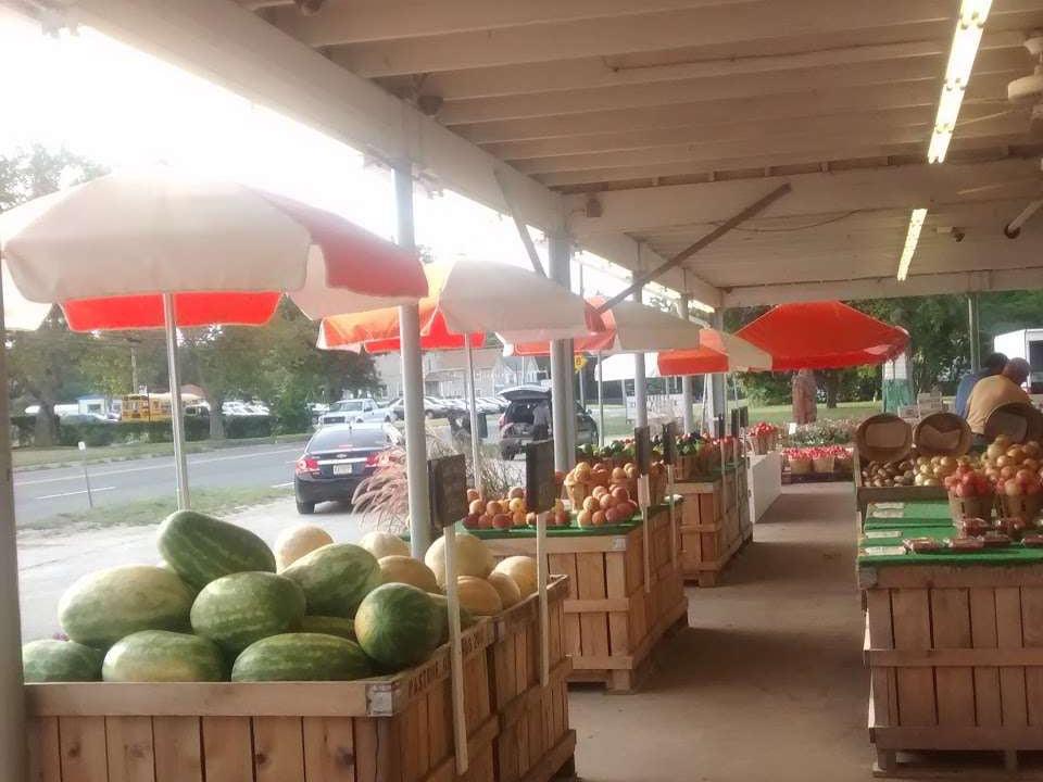 marché de fruits et/ou légumes tables de fruits et légumes variés sous l'abri pastore orchards hammonton new jersey états unis ulocal produits locaux achat local produits du terroir locavore touriste