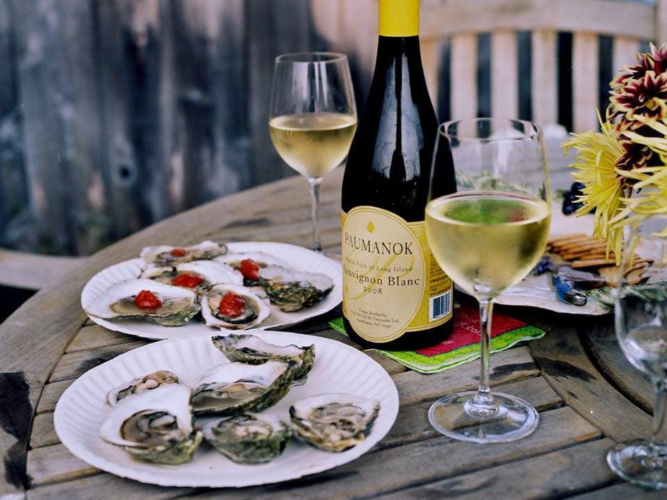 vignoble huîtres locales fraîches avec verres et bouteille de vin blanc sur la table paumanok vineyards aquebogue new york états unis ulocal produits locaux achat local produits du terroir locavore touriste