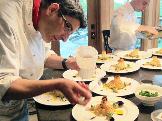 épicerie spécialisée le chef patrick fregni termine la présentation du baluchon de foie gras de la ferme basque rôti au fromage migneron de la maison dufour servi sur un lit de champignons à la gelée de cassis de l'ile d'orléans plaisirs du chef baie-saint-paul quebec canada ulocal produits locaux achat local produits du terroir locavore touriste