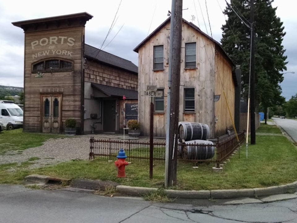 vignoble 2 bâtisses vinicoles en bois et musée avec tonneaux de cèdre ports of new york winery ithaca new york états unis ulocal produits locaux achat local produits du terroir locavore touriste