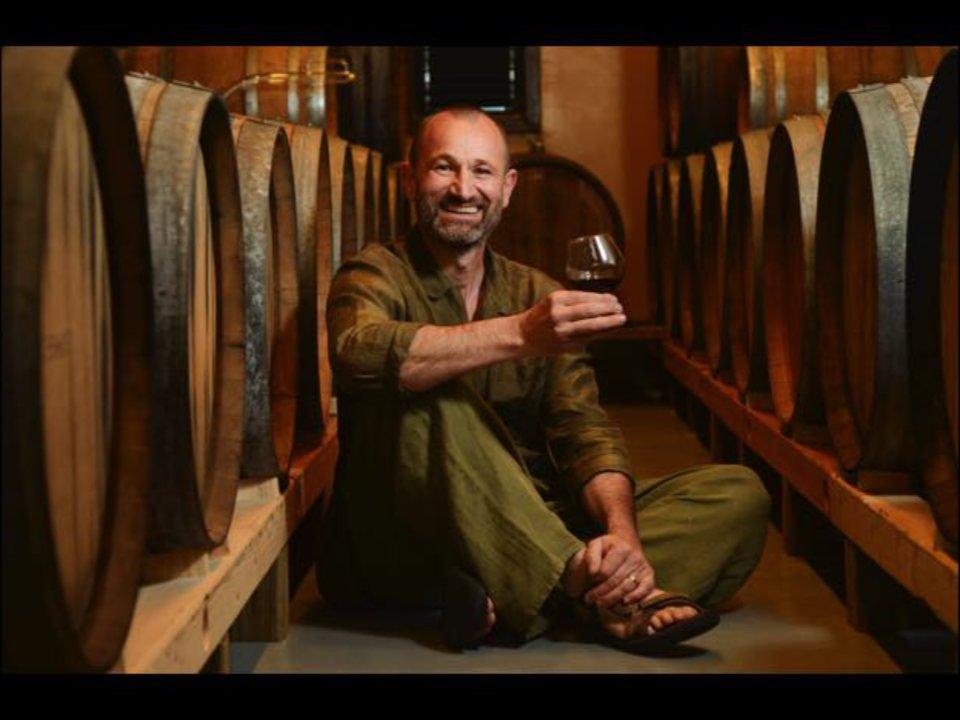 vignoble propriétaire assis dans sa cave à vin avec un verre de vin rouge ports of new york winery ithaca new york états unis ulocal produits locaux achat local produits du terroir locavore touriste