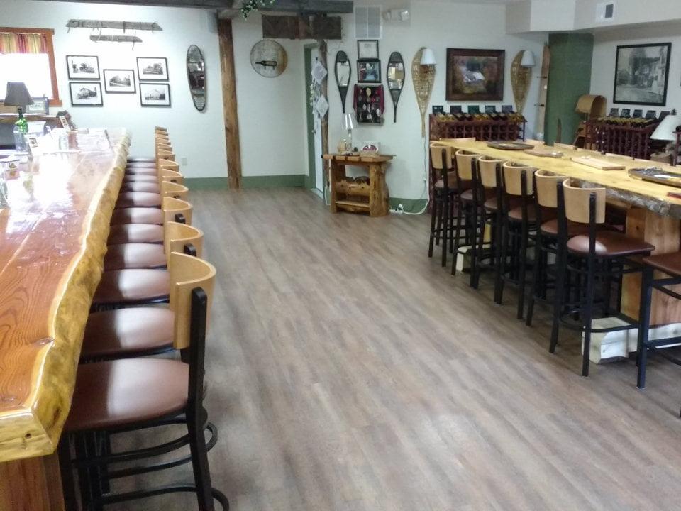 vignoble salle de dégustation avec une grande table et un long bar prospect falls winery prospect new york états unis ulocal produits locaux achat local produits du terroir locavore touriste