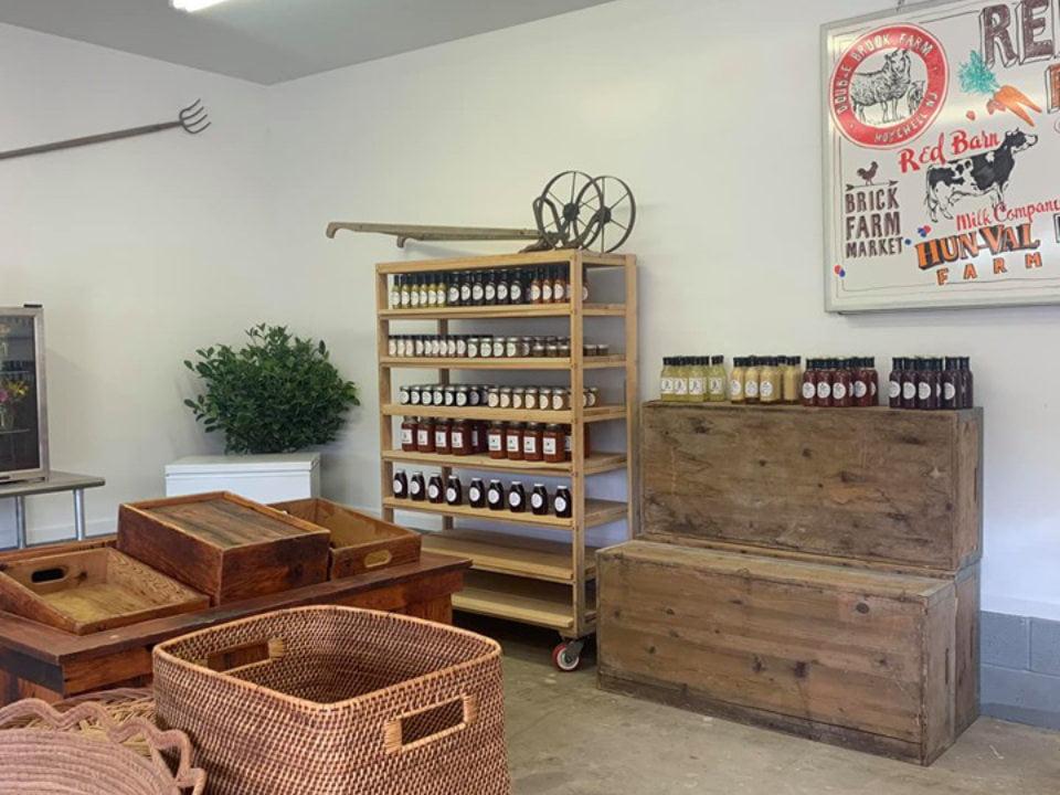 restaurant boutique étagère avec confitures sauces et épices red barn milk co ringoes new jersey états unis ulocal produits locaux achat local produits du terroir locavore touriste