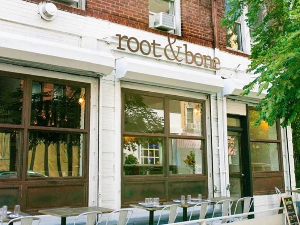 restaurant façade extérieur du restaurant avec petite terrasse root n bone new york new york états unis ulocal produits locaux achat local produits du terroir locavore touriste